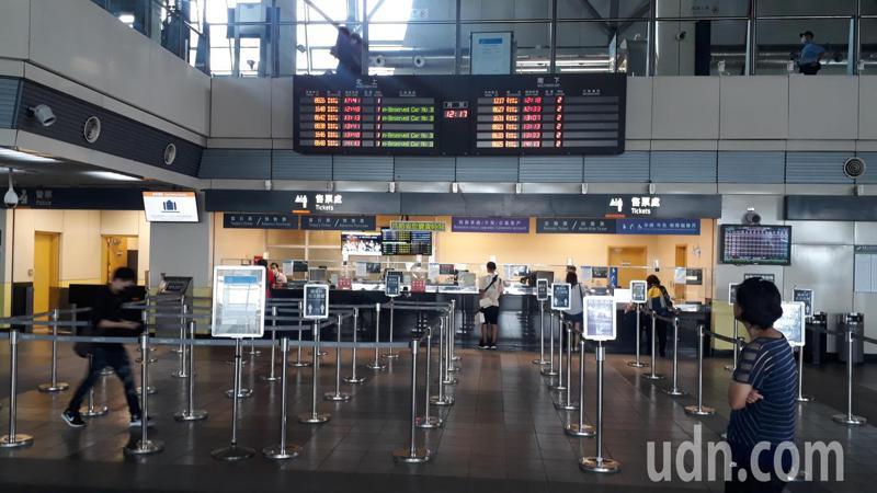 國慶日高鐵站未見人潮,旅客先上網查詢空位預購省時間。記者周宗禎/攝影