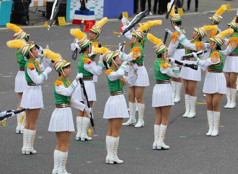 國慶大會今天登場,以北一女樂儀隊精彩演出博得滿堂彩。記者林澔一/攝影