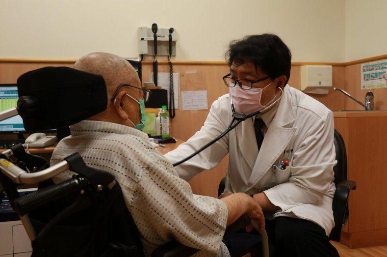 台中慈濟醫院呼吸治療科主任劉建明為張姓老翁聽診肺部狀況。圖/台中慈濟醫院提供
