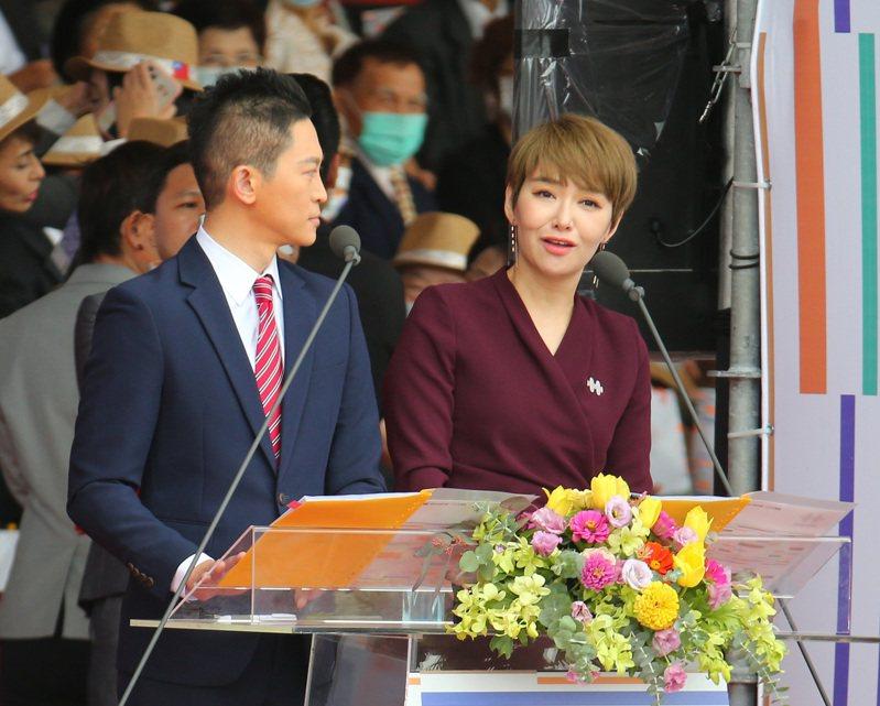 今年國慶典禮,韓裔主持人魯水晶(右)受網友討論。記者林澔一/攝影