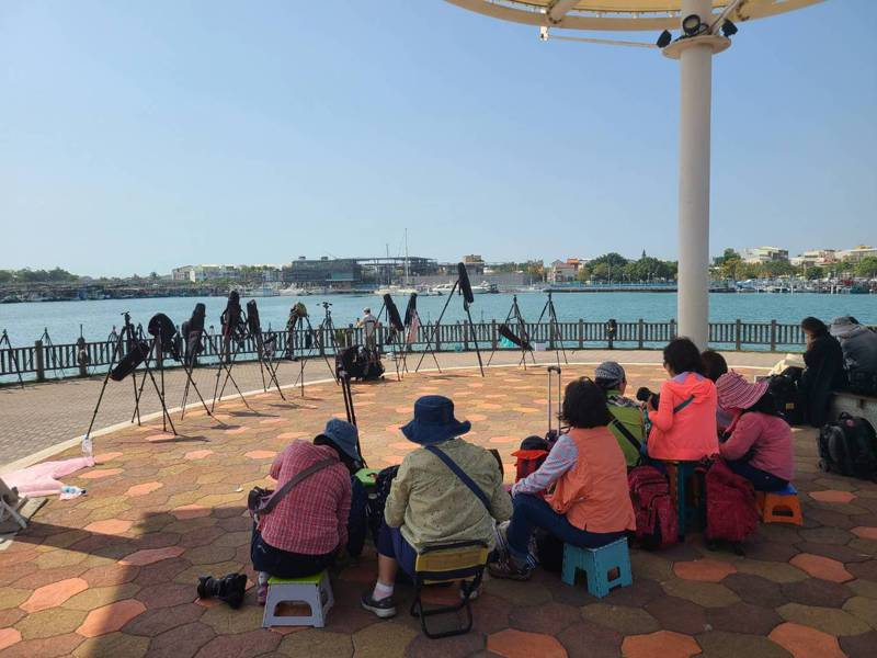 台南市安平漁人碼頭,湧進大批遊客架腳架準備拍攝國慶焰火。記者黃宣翰/攝影