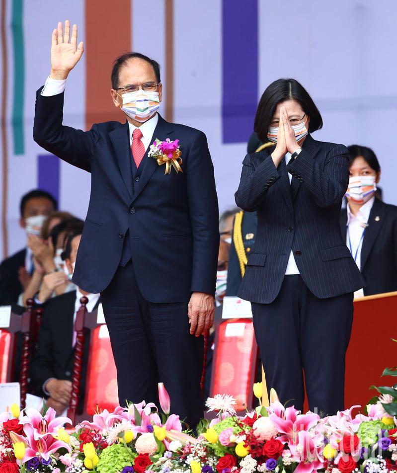 今天在雙十國慶,蔡英文總統(右)和立法院長游錫堃(左)向防疫英雄揮手致意。記者葉信菉/攝影