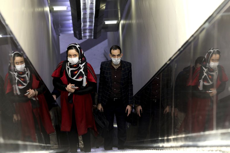 德黑蘭艾克巴坦地鐵站10日上午7點45分突然起火。圖為德黑蘭一個地鐵站的乘客搭乘手扶梯。(美聯社)