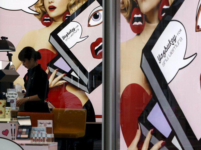 疫情下銷售較去年退步的前30名,9項是化妝品,好幾項銷售額都摔落四成以上。路透
