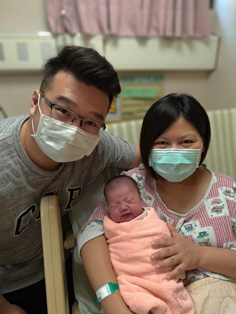 聖保祿醫院產婦楊佳雯今天誕下女嬰,開心抱著國慶寶寶與老公合影。圖/聖保祿醫院提供