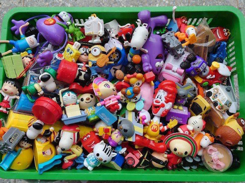 台灣玩具圖書館協會回收二手玩具多年,協會統計發現塑膠玩具中,以連鎖速食業者、便利超商附贈或集點送的公仔玩具為最大宗。圖/台灣玩具圖書館協會提供