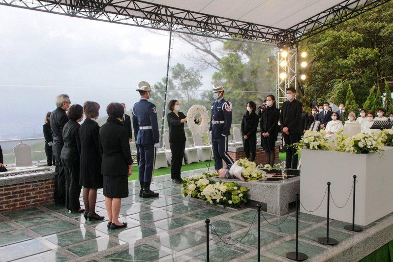 前總統李登輝奉安禮拜在五指山國軍示範公墓舉行,儀式歷時一小時結束。圖為蔡英文總統向李登輝靈前獻花致意。圖/軍聞社提供