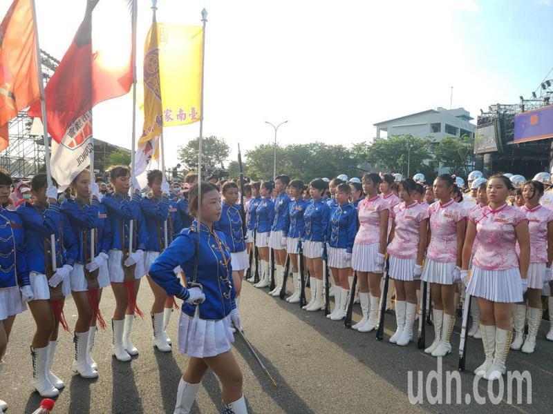 學生聯合儀隊為國慶焰火暖身,吸引民眾目光。記者黃宣翰/攝影
