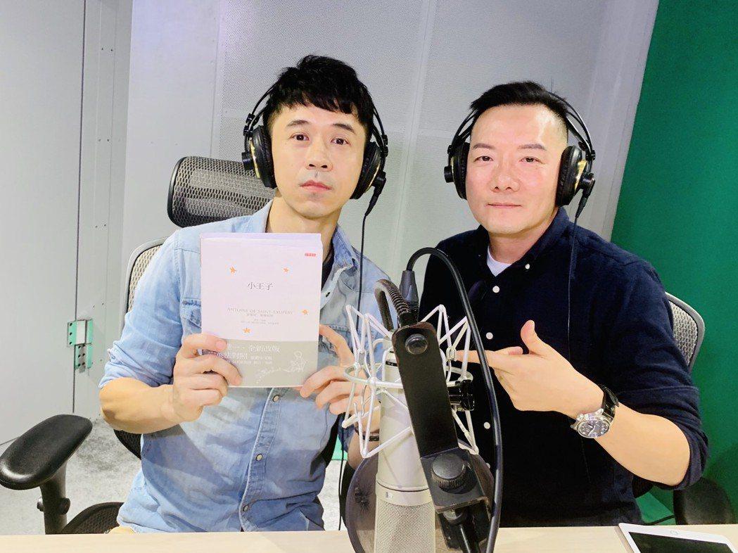 田定豐(右)「安眠書店」節目,揪光良朗讀法國經典名著「小王子」。圖/混種時代提供
