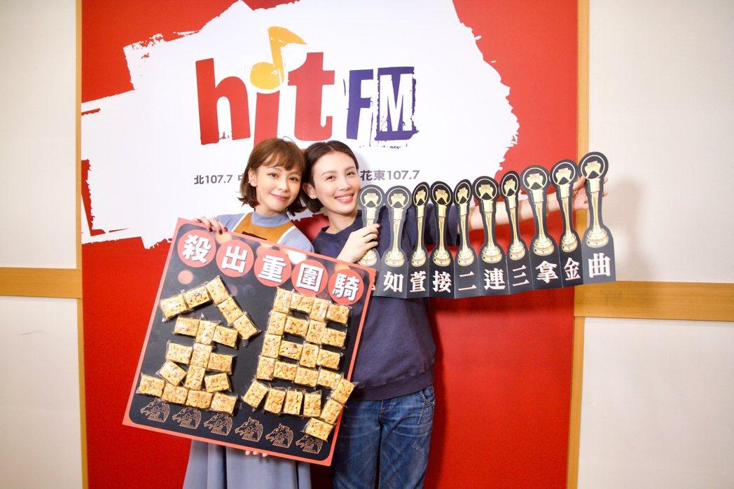 徐若瑄(左)擔任監製、演出的電影「孤味」一舉入圍金馬6項大獎,主持人魏如萱送「沙