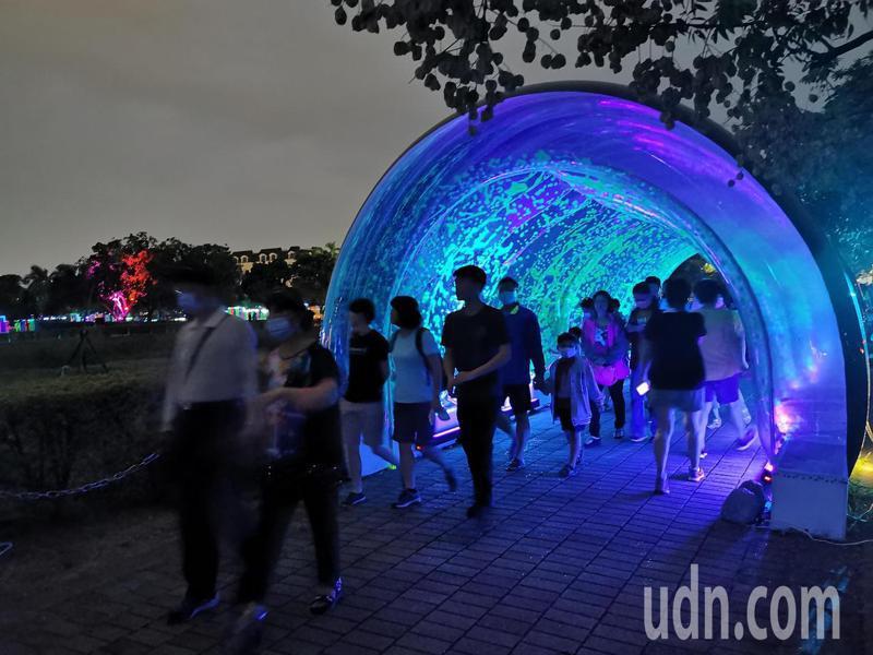 嘉義市光織影舞展演,國慶假期第一天就帶來7萬2000人次參觀人潮。記者卜敏正/攝影