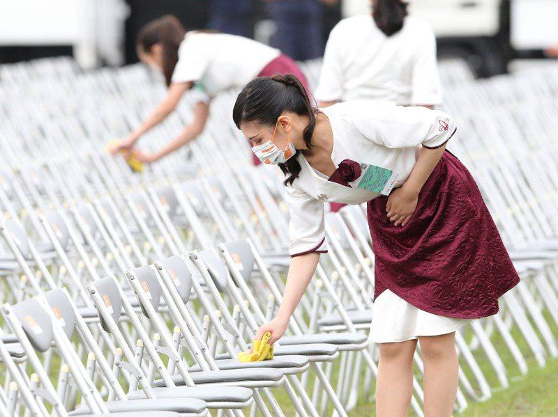 國慶大會前,國慶金釵進行座位的擦拭及消毒。記者季相儒/攝影