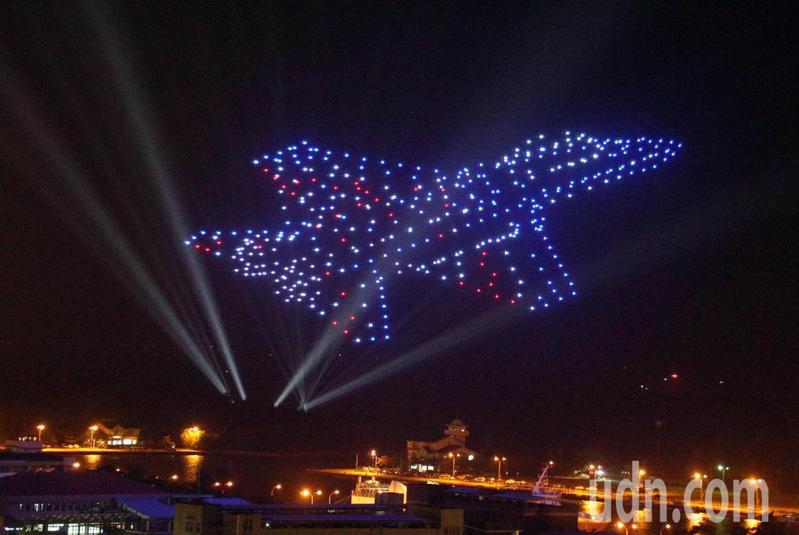 台南國慶煙火今晚在安平登場,現場擠進超過二十萬民眾前來,四百架無人機表演排出IDF經國號戰機,讓台南天空炫目精彩,也引起現場民眾驚呼連連。記者劉學聖/攝影