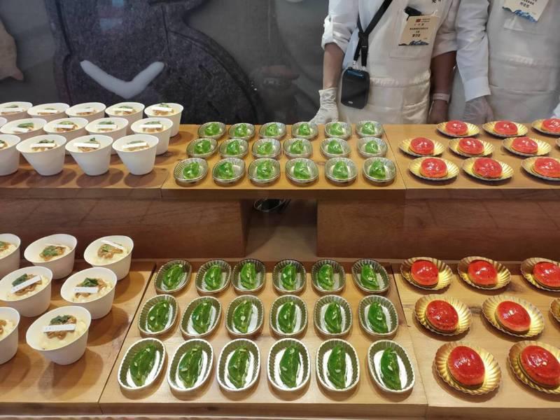 國慶酒會上的甜點攤位,蔡英文對左邊滷肉飯外型的慕斯蛋糕很感興趣。記者徐偉真/攝影