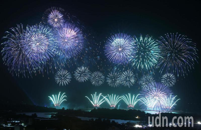 2020國慶煙火10日晚間在台南安平漁光島登場。 聯合報系資料照片/記者劉學聖攝影