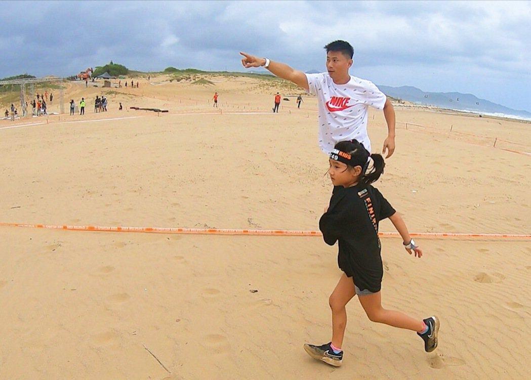 小刀(後)陪6歲女兒小勇士障礙賽。圖/寬寬提供