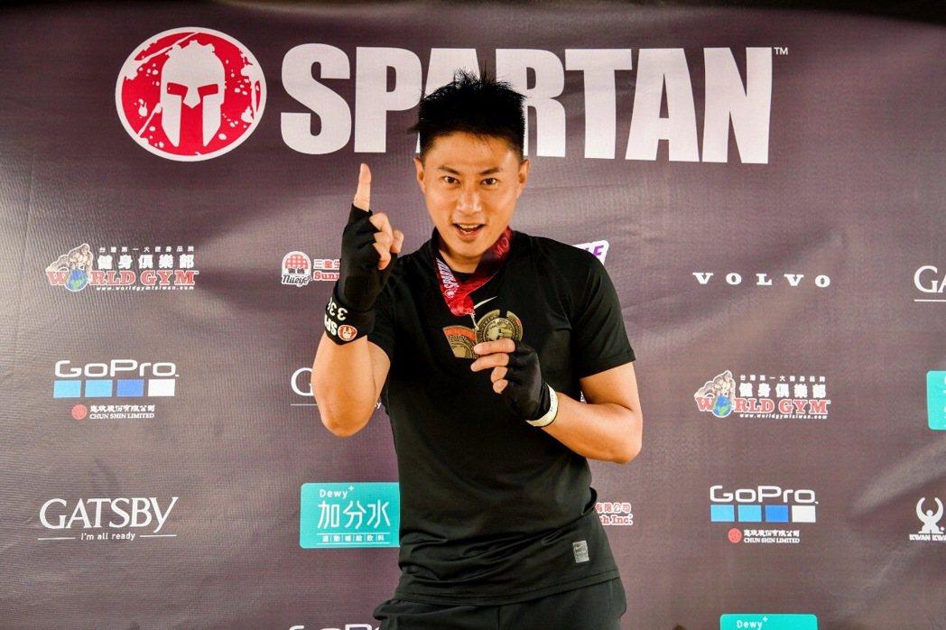 小刀今天以1小時57分17秒完成人生第一個5公里障礙挑戰賽。圖/寬寬提供