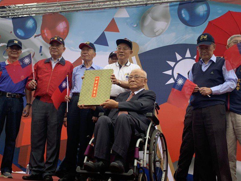 高齡102歲的軍系大老許歷農出席今出席軍系在北市府前廣場舉辦的國慶活動。記者趙宥寧/攝影