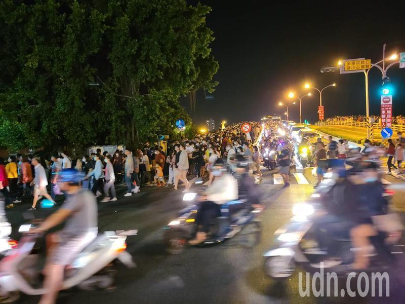 國慶焰火散場,安平區安億橋和安平路大塞車。記者黃宣翰/攝影