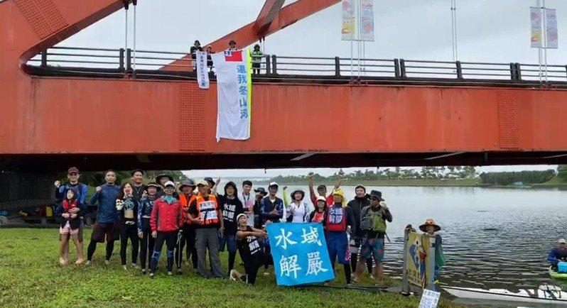 愛好水上活動的30名同好,今天航行冬山河道,爭取自由從事水域活動的權利。李元治提供。