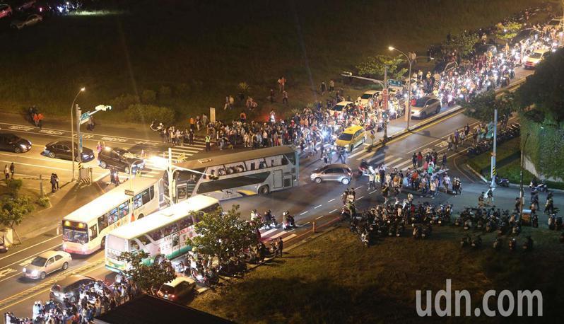 國慶焰火施放完畢,民眾疏散情況。記者劉學聖/攝影