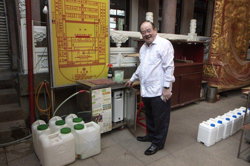 三重先嗇宮董事長李乾龍在疫情嚴峻時搶購次氯酸水製造機,供民眾免費使用。記者王敏旭/攝影