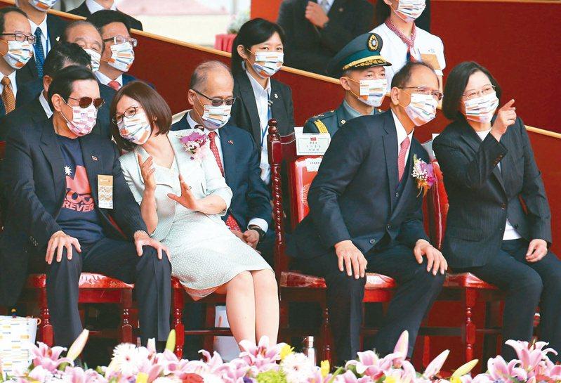 蔡英文總統(前右起)、立法院長游錫堃與夫人楊寶玉、前總統馬英九在國慶典禮互相交談。記者林澔一/攝影