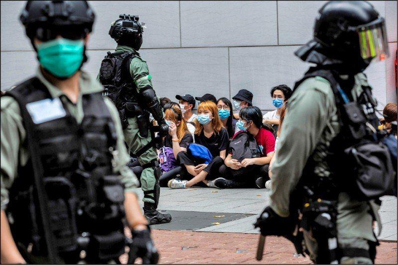港警10日拘捕4男5女,懷疑他們之前協助12名港人偷渡台灣。 (法新社資料照片)