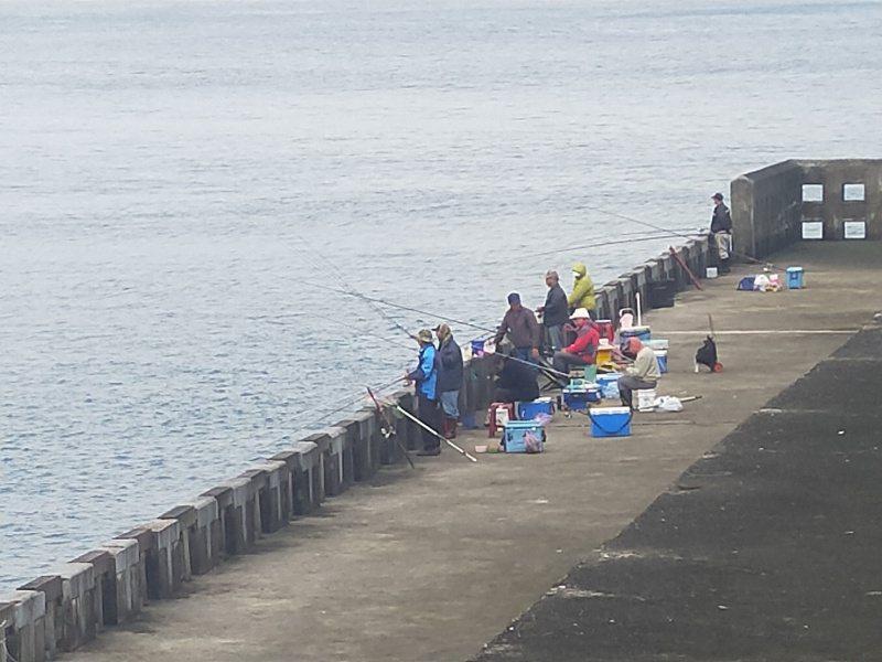 基隆市到東北角海域防波堤盡管危險,大浪很容易打上來,但是岸上還是不時有很多釣客垂釣。記者游明煌/攝影