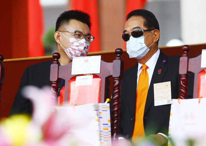 109年國慶昨天在總統府前廣場舉行,國民黨主席江啟臣(左)與親民黨主席宋楚瑜(右)二人並肩而坐,不時交談。 記者杜建重/攝影
