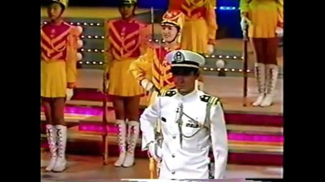 民國82年的國慶晚會,劉德華與景美女中儀隊一起開場表演,身後的少女就是主播夏嘉璐...