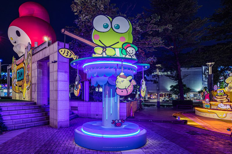 「大眼蛙汽水噴泉」夜晚亮燈顯得更加迷幻。圖/漢神巨蛋提供