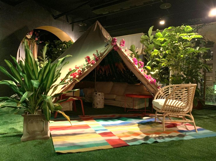 Chill Play以繽紛帳篷搭配花草、人工草皮,打造女孩系的下午茶環境。圖/C...