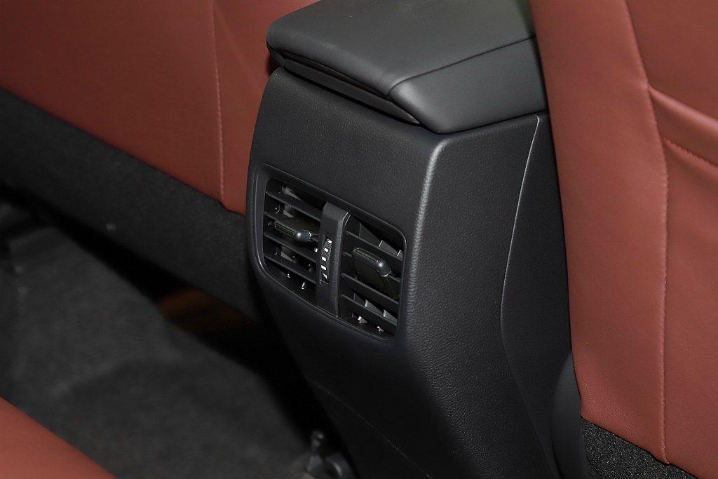 恆溫空調、後座空調出風口等,則可提供全車乘客更舒適的車艙乘坐環境。 記者張振群/...