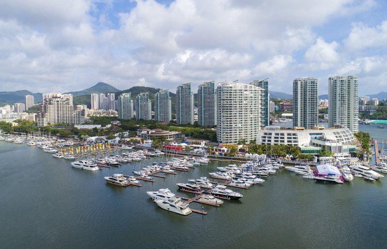 大陸最南端的熱帶濱海旅遊城市三亞成為了不少大陸遊客的首選,同時,出現了新旅遊現象,不少旅客在三亞只「窩」在酒店,或「窩」換不同酒店。中新社