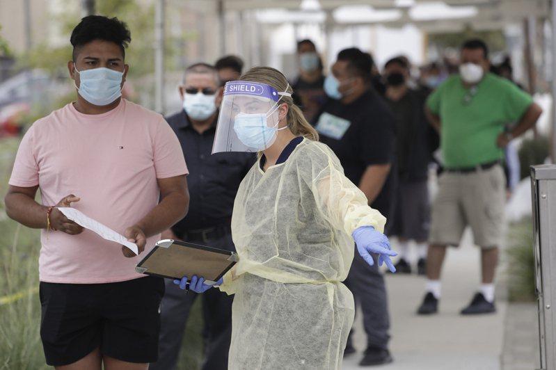 歐美的新冠疫情回溫,確診病例再度猛增,不過截至目前的情況顯示,病毒的致命性較春季有所減弱;圖為加州的新冠病毒檢測站。(美聯社)