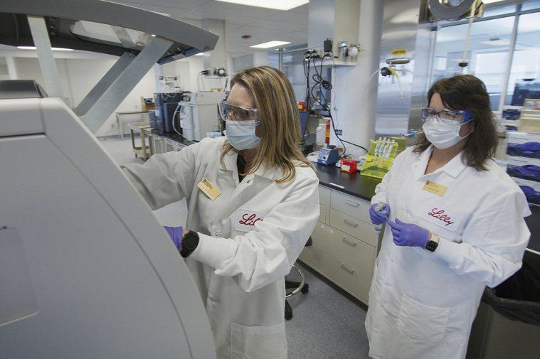 川普力推「雷傑納隆製藥」的雞尾酒療法,該藥廠使用胚胎細胞來測試新冠抗體療法的有效...