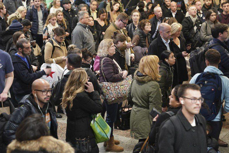 美國多州疫情升溫,讓人擔心冬季到來後,隨著人們在室內的時間越來越多,疫情可能再次爆發;圖為冬天的紐約市賓州車站,人潮擁擠。(美聯社)
