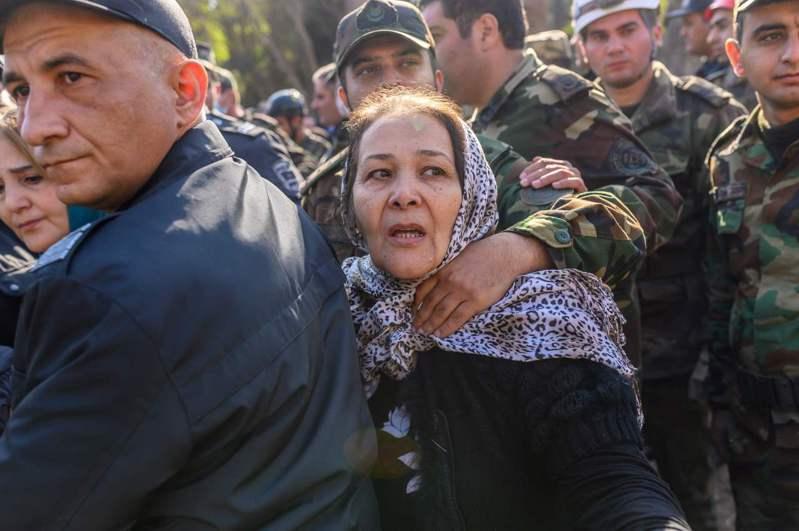 亞塞拜然第二大城甘賈居民十一日聚在一處遭火箭炮襲擊的地點附近,等待搜救人員處理砲擊現場。亞美尼亞和亞塞拜然在納哥諾卡拉巴克地區爆發衝突。 法新社