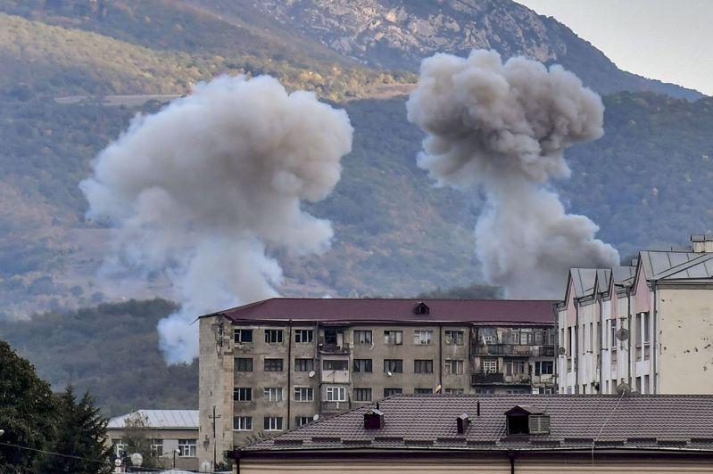 圖為納卡地區首府斯捷潘納克特因亞美尼亞與亞塞拜然之間的炮擊戰鬥,9日冒起一團團濃煙。 法新社
