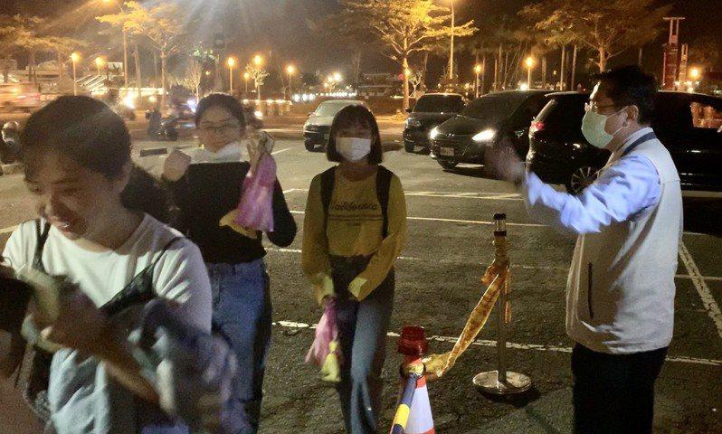 台南市長黃偉哲昨天深夜11點半在安平送走最後一批看國慶焰火的遊客,他自己給市府的交通疏運評分是70分。圖/台南市府提供