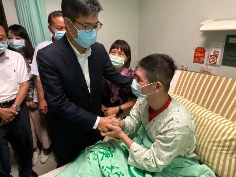 高雄市長陳其邁今天探望2名因公受傷的高雄市消防局鳳祥分隊消防員,向軍警消致敬。圖翻攝自陳其邁臉書