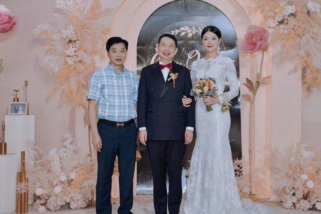 大陸63歲的紫金礦業董事長陳景河(左2)與38歲的錢冰(右1)近日結為連理。圖/取自今日頭條