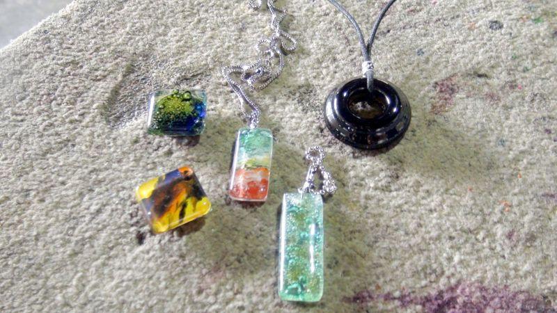 晶亮如琉璃的玻璃鍊墜,利用釉下彩技術,以家用微波爐就能燒製成。記者王昭月/攝影