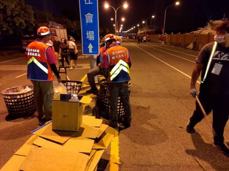 台南市環保局昨天徹夜清掃國慶焰火遊客留下的大量垃圾。圖/市政府提供