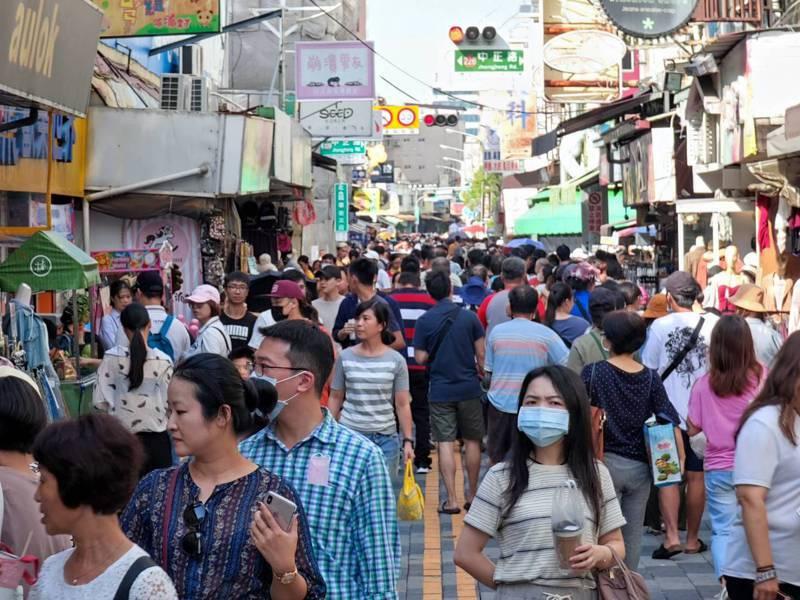 國慶連假加上焰火秀,台南市昨天市區遊客爆滿。圖/市府提供