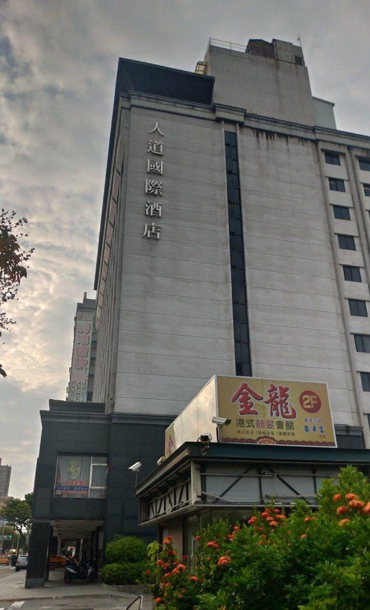 有民眾爆料,高雄人道國際酒店將一般旅客與居家檢疫者混住,高雄市觀光局與衛生局昨前...