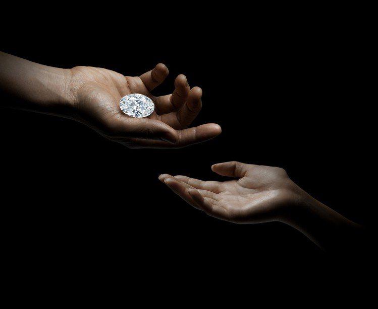 以無底價方式上拍的102.39克拉D色無瑕橢圓形白鑽以1.2億港元(逾4.4億元...