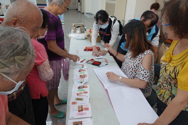 鹿港鎮近日針對年滿65歲以上長者,發放每人500元的重陽節禮金及長壽麵線1份。記者林敬家/攝影