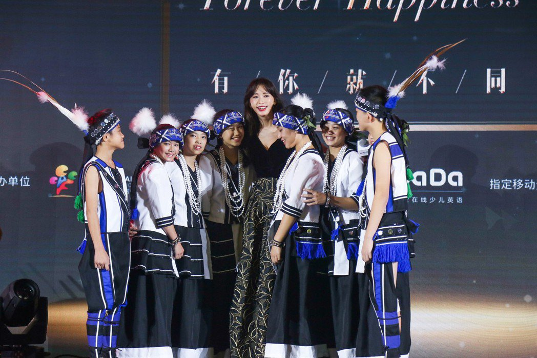 林志玲出席美麗童行北京公益盛典與花蓮北埔國小舞蹈隊員。圖/志玲姊姊慈善基金會提供